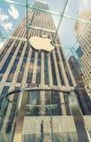 НЬЮ-ЙОРК - 12-ОЕ ИЮНЯ 2013: Внешний взгляд магазина Яблока на t Стоковые Изображения