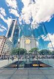 НЬЮ-ЙОРК - 12-ОЕ ИЮНЯ: Люди посещая магазин Яблока на 5-ом Стоковые Изображения