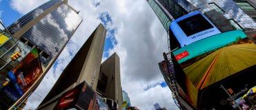 НЬЮ-ЙОРК - 15-ое июня 2018: Таймс площадь, пересечение неоновых искусства и коммерции и иконическая улица Нью-Йорка внутри Стоковые Изображения