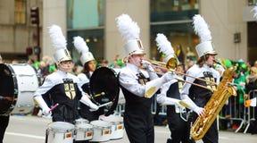 НЬЮ-ЙОРК - 17-ОЕ МАРТА 2015: Парад дня ежегодного St. Patrick вдоль Пятого авеню в Нью-Йорке стоковое изображение