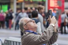 Нью-Йорк - 10-ое октября: Зрелое положение w человека временами квадратное Стоковые Фотографии RF
