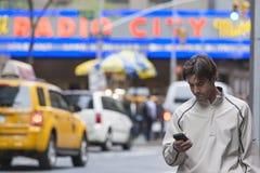 Нью-Йорк - 10-ое октября: Зрелое положение w человека временами квадратное Стоковое Изображение RF