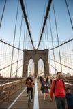 НЬЮ-ЙОРК - 13-ОЕ ОКТЯБРЯ: Yclist ¡ Ð и пешеходная дорожка вдоль Бруклинского моста Стоковая Фотография RF