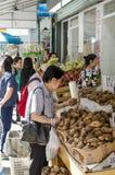 Нью-Йорк - 12-ое сентября - 2016 - китайская женщина на рынке в подбородке Стоковые Фото
