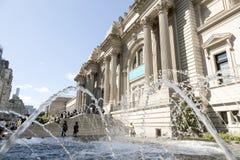Нью-Йорк, 14-ое сентября 2015: фонтан и много посетителей внутри стоковое изображение rf