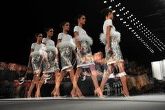 НЬЮ-ЙОРК - 10-ОЕ ФЕВРАЛЯ: Модель идет взлётно-посадочная дорожка на модный парад Ральфа Rucci во время падения 2013 Стоковое Фото