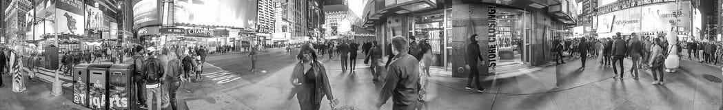 НЬЮ-ЙОРК - ОКТЯБРЬ 2015: Туристы в Таймс площадь на ноче Стоковое Изображение RF