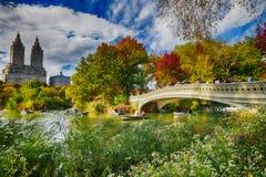НЬЮ-ЙОРК - ОКТЯБРЬ 2015: Туристы и местное делают tou шлюпки стоковая фотография