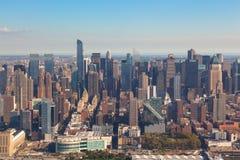 Нью-Йорк понижает Манхэттен в NYC NY в США Воздушный взгляд вертолета стоковые фотографии rf