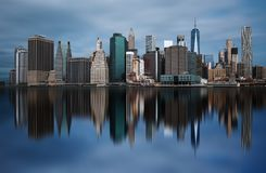 НЬЮ-ЙОРК, СОЕДИНЕННЫЕ ШТАТЫ АМЕРИКИ - 30-ОЕ АПРЕЛЯ 2017: Горизонт Манхаттана городской от парка Бруклинского моста в Нью-Йорке Стоковое Фото