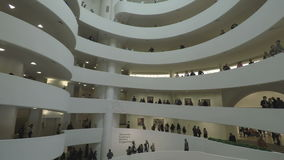 Нью-Йорк, США внутри Solomon r Музей изобразительных искусств Guggenheim акции видеоматериалы