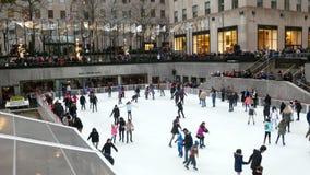 Нью-Йорк, США декабрь 2017: Катание на коньках центра Рокефеллер - украшать рождества акции видеоматериалы