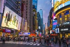 Нью-Йорк, США, 09-03-17: известный, квадрат времени на ноче с толпами Стоковые Фотографии RF