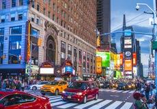 Нью-Йорк, США, 09-03-17: известный, squre времени на ноче с толпами Стоковое Фото