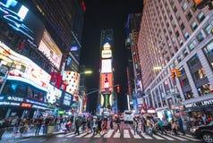Нью-Йорк, США, 09-03-17: известный, squre времени на ноче с толпами Стоковая Фотография