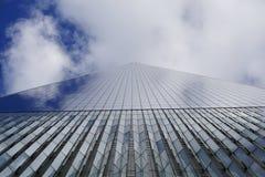 Нью-Йорк, США - ноябрь 2018: Нижний поднимающий вверх взгляд башни свободы финансового района в более низком Манхэттене, Нью-Йорк стоковые изображения