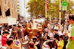 НЬЮ-ЙОРК, США - 31-ое августа 2018: Памятник поручать Bull финансовый на Бродвей, около Уолл-Стрита в Нью-Йорке с людьми и стоковые фото