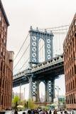 НЬЮ-ЙОРК, США - 28-ОЕ АПРЕЛЯ 2018: Взгляд моста Манхэттена от Dumbo, города Йорка Yew стоковое изображение rf