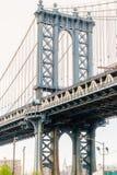 НЬЮ-ЙОРК, США - 28-ОЕ АПРЕЛЯ 2018: Взгляд моста Манхэттена от Dumbo, города Йорка Yew стоковое фото rf