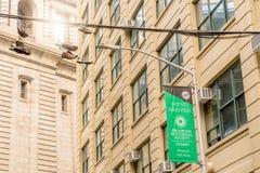 НЬЮ-ЙОРК, США - 28-ОЕ АПРЕЛЯ 2018: Вися ботинки в Dumbo, Бруклине стоковые изображения