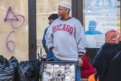 НЬЮ-ЙОРК, США - 28-ОЕ АПРЕЛЯ 2018: Люди в улицах Dumbo, Бруклина, Нью-Йорка стоковые фото