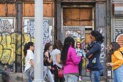 НЬЮ-ЙОРК, США - 28-ОЕ АПРЕЛЯ 2018: Люди в улицах Dumbo, Бруклина, Нью-Йорка стоковые фотографии rf