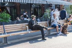 НЬЮ-ЙОРК, США - 28-ОЕ АПРЕЛЯ 2018: Люди в улицах Dumbo, Бруклина, Нью-Йорка стоковые изображения rf