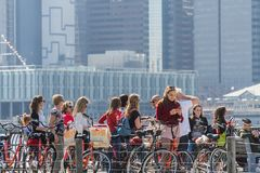 НЬЮ-ЙОРК, США - 28-ОЕ АПРЕЛЯ 2018: Люди в улицах Dumbo, Бруклина, Нью-Йорка стоковое фото rf