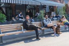 НЬЮ-ЙОРК, США - 28-ОЕ АПРЕЛЯ 2018: Люди в улицах Dumbo, Бруклина, Нью-Йорка стоковое изображение