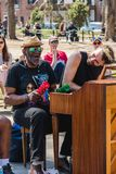 НЬЮ-ЙОРК, США - 14-ОЕ АПРЕЛЯ 2018: Люди поя и играя рояль в парке близко с западной деревней, Нью-Йорком стоковая фотография rf