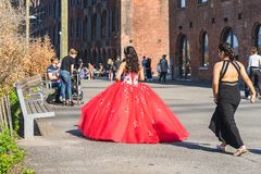 НЬЮ-ЙОРК, США - 28-ОЕ АПРЕЛЯ 2018: Невеста и bridesmaid идя в улицы Dumbo, Бруклина, Нью-Йорка стоковое фото rf