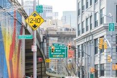 НЬЮ-ЙОРК, США - 28-ОЕ АПРЕЛЯ 2018: Улицы подписывают внутри Dumbo, Бруклин, Нью-Йорк, США стоковые фотографии rf