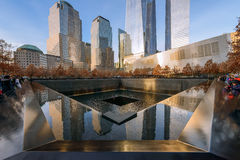 НЬЮ-ЙОРК - США - 20-ОЕ ДЕКАБРЯ 2015: Люди приближают к башне свободы Стоковая Фотография RF