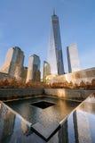 НЬЮ-ЙОРК - США - 20-ОЕ ДЕКАБРЯ 2015: Люди приближают к башне свободы Стоковые Изображения