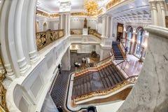 НЬЮ-ЙОРК - США - 11-ое июня 2015 - бизнесмены внутри гостиницы дворца Стоковое Изображение RF