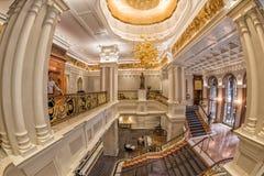 НЬЮ-ЙОРК - США - 11-ое июня 2015 - бизнесмены внутри гостиницы дворца Стоковые Изображения