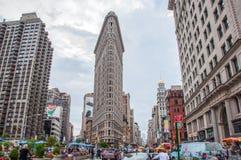 Нью-Йорк, США - 12-ое июня 2014: Взгляд здания Flatiron на улице Бродвей в Нью-Йорке Стоковая Фотография