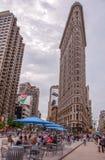 Нью-Йорк, США - 12-ое июня 2014: Взгляд здания Flatiron на улице Бродвей в Нью-Йорке Стоковое Изображение