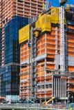 НЬЮ-ЙОРК, США - 22-ОЕ ИЮНЯ 2017: Здание с кранами, центр города Манхаттан, Нью-Йорк, Соединенные Штаты стоковое фото