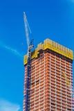 НЬЮ-ЙОРК, США - 22-ОЕ ИЮНЯ 2017: Здание с кранами, центр города Манхаттан, Нью-Йорк, Соединенные Штаты стоковое изображение rf