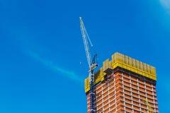 НЬЮ-ЙОРК, США - 22-ОЕ ИЮНЯ 2017: Здание с кранами, центр города Манхаттан, Нью-Йорк, Соединенные Штаты стоковые фото