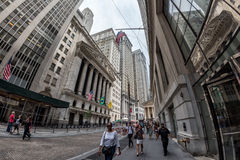 НЬЮ-ЙОРК - США - 11-ое июня 2015 Уолл-Стрит толпить людей Стоковые Фотографии RF