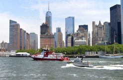 Нью-Йорк, США - 9-ое июня 2018: Fireboat FDNY двигая около f стоковые изображения