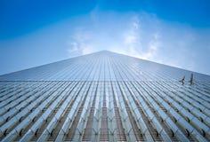 НЬЮ-ЙОРК, США - 5-ОЕ МАЯ 2017: Один всемирный торговый центр, взгляд от уровня улицы расположенного в Нью-Йорке США Стоковое Изображение