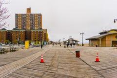 Нью-Йорк, США - 2-ое мая 2016: Променад острова кролика, пляж Брайтона, Бруклин, США Стоковые Изображения