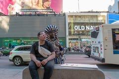 НЬЮ-ЙОРК, США - 25-ое мая 2018 - Таймс площадь вполне людей Стоковые Изображения