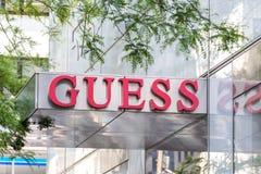 НЬЮ-ЙОРК, США - 15-ОЕ МАЯ 2019: шильдик магазина догадки в Манхэттене Догадка американский бренд одежды и стоковая фотография rf