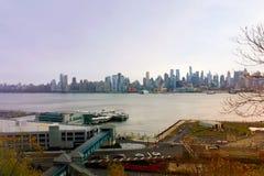 Нью-Йорк, США - 10-ое ноября 2013: Сезон взгляда горизонта Нью-Йорка осенью Стоковые Изображения