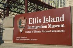 НЬЮ-ЙОРК, США - 22-ОЕ НОЯБРЯ: Фасад музея острова Ellis, forme Стоковые Изображения RF
