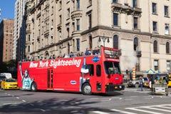 НЬЮ-ЙОРК, США - 15-ОЕ ОКТЯБРЯ 2013: Красный ХМЕЛЬ туристического автобуса НА ХМЕЛЕ С ПУТЕШЕСТВИЙ АВТОБУСА на западе центрального  стоковая фотография